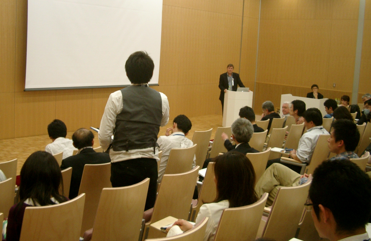 Prof. Jeff Wickens answers a question from an audience member after his presentation