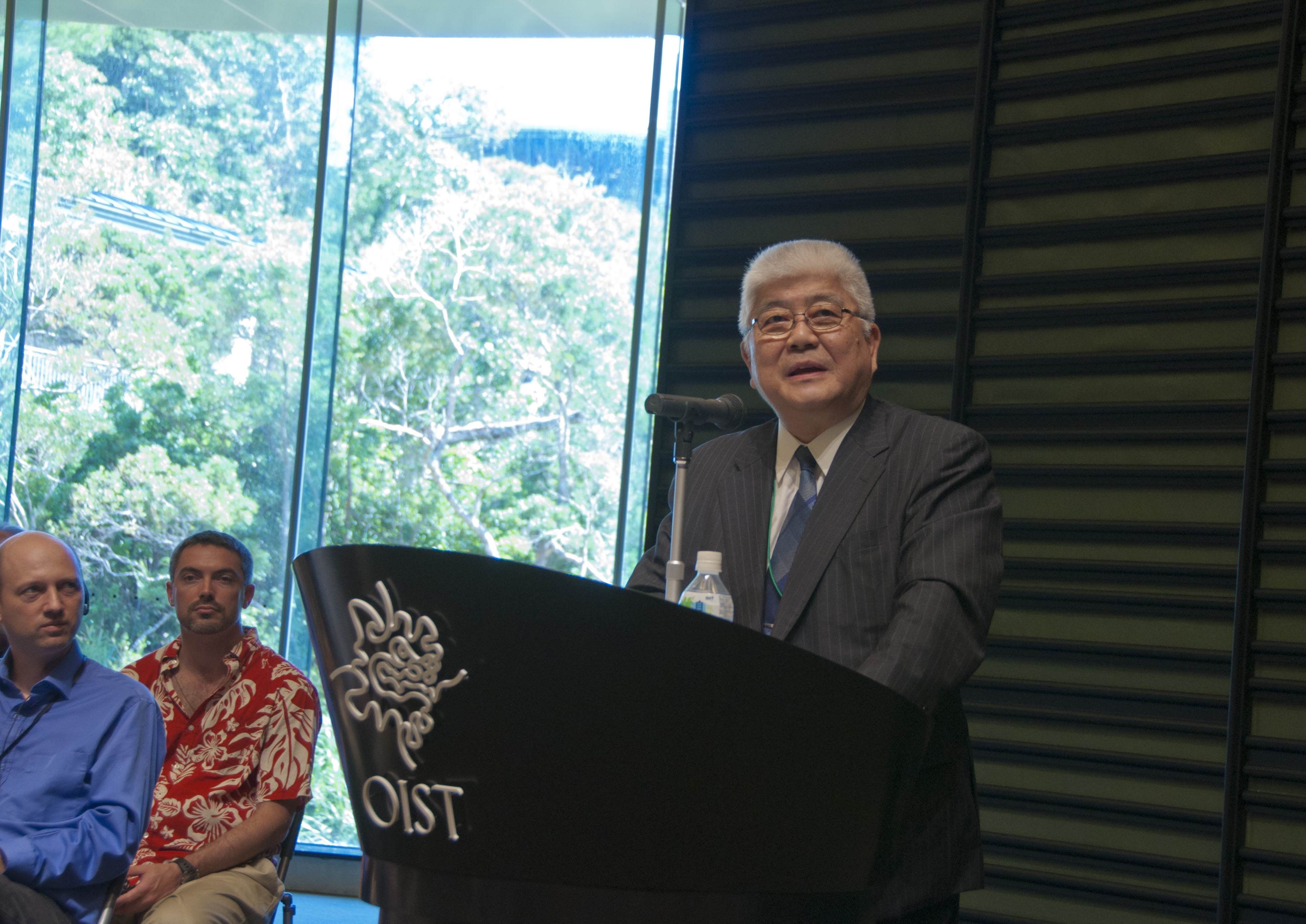 沖縄科学技術大学院大学学園理事金澤一郎博士、OIST博士課程開設式典にて。2012年9月6日