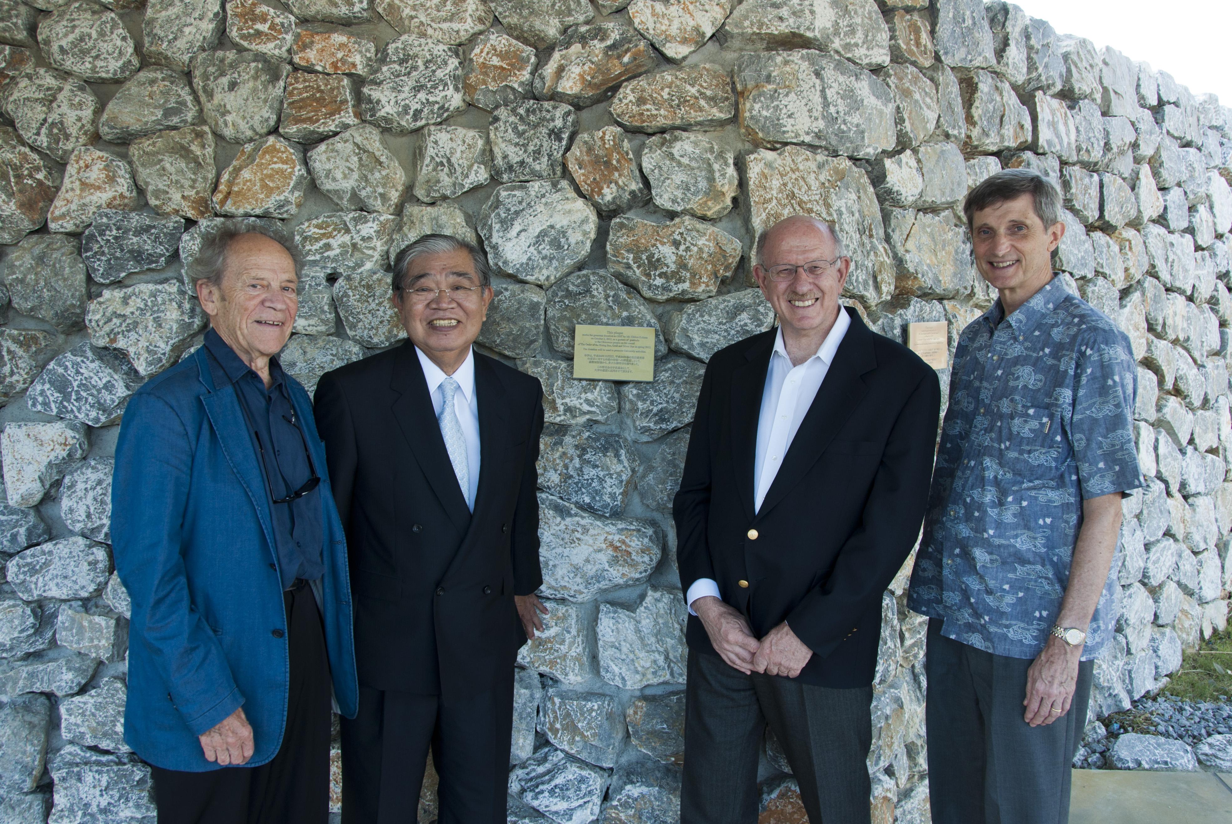 記念の壁前にて(左から)ヴィーゼル博士、嘉数氏、ドーファン学長、バックマン上級副学長