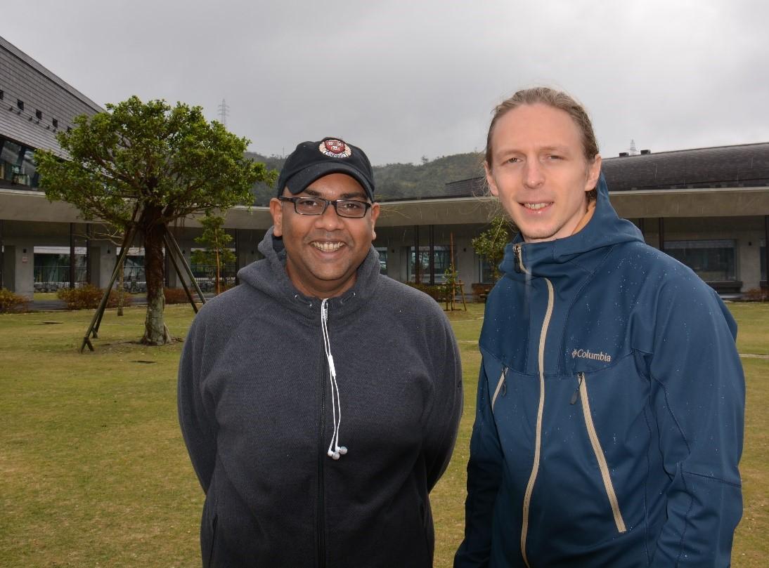 写真のタイトル:OISTキャンパスにてマヘッシュ・バンディ教授と学生のマルト・トーツさん
