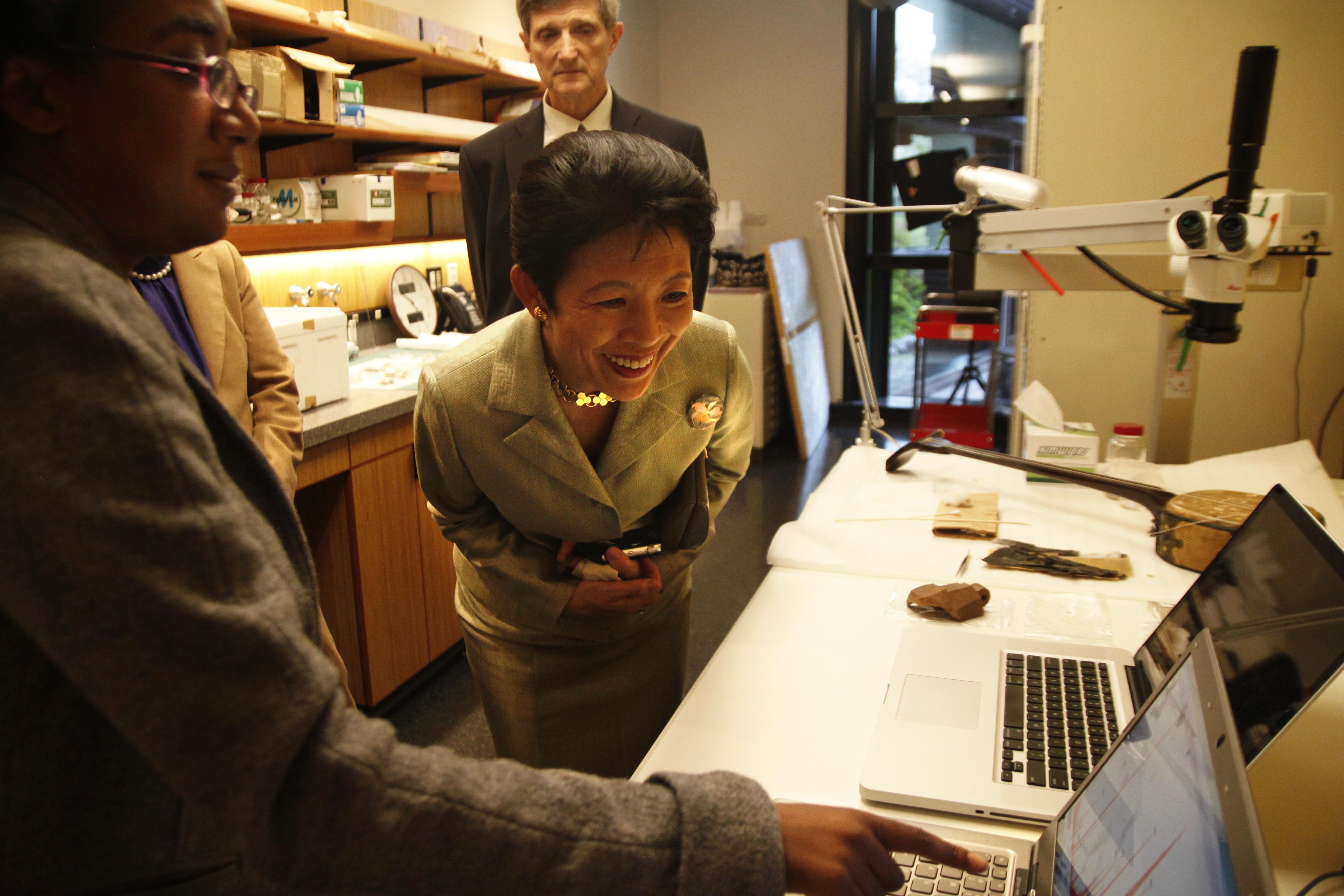 高円宮妃殿下に研究について説明をするアニヤ ・マックデイヴィス女史