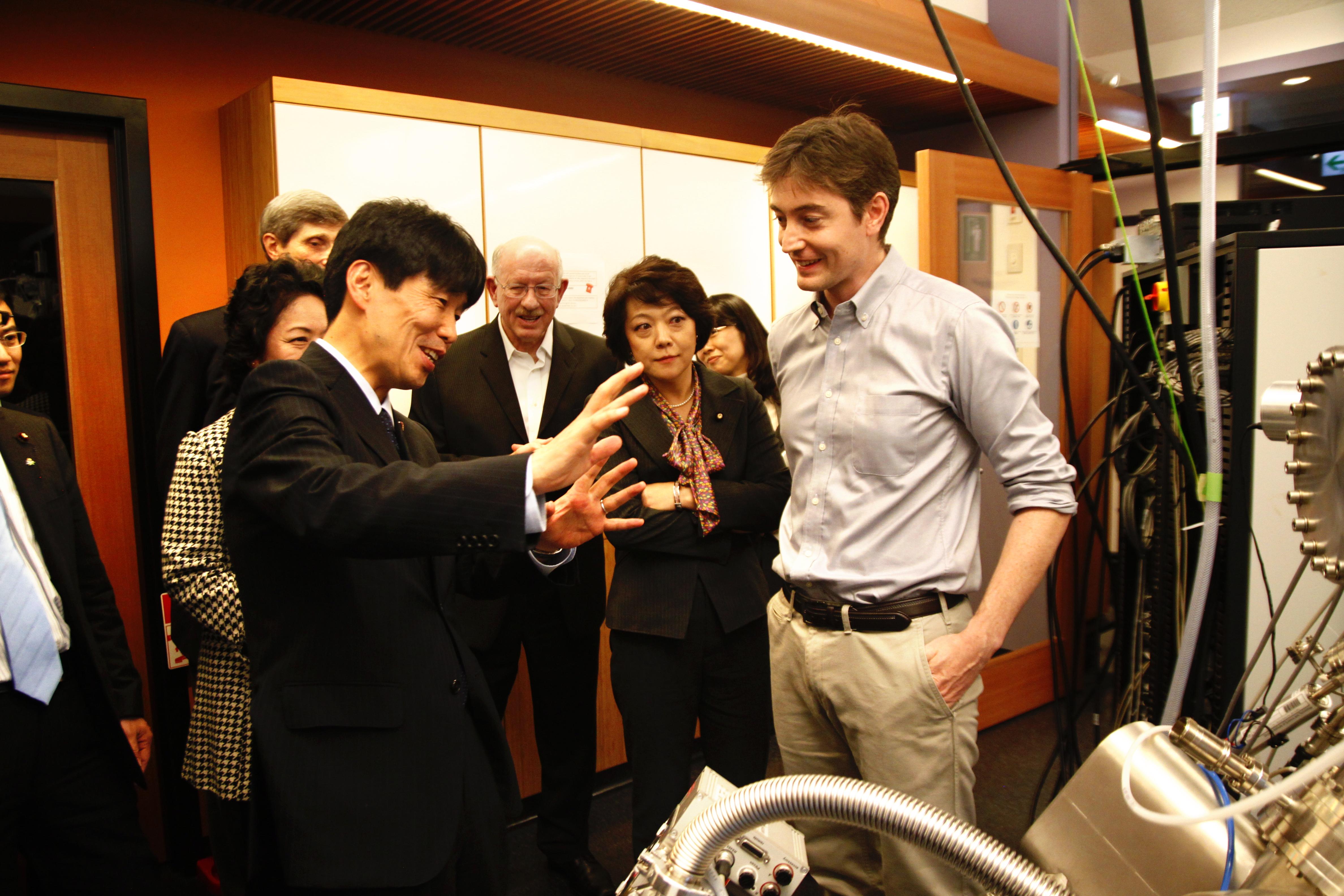 山本大臣とナノ粒子技術研究ユニットのカハル・キャッセディ研究員