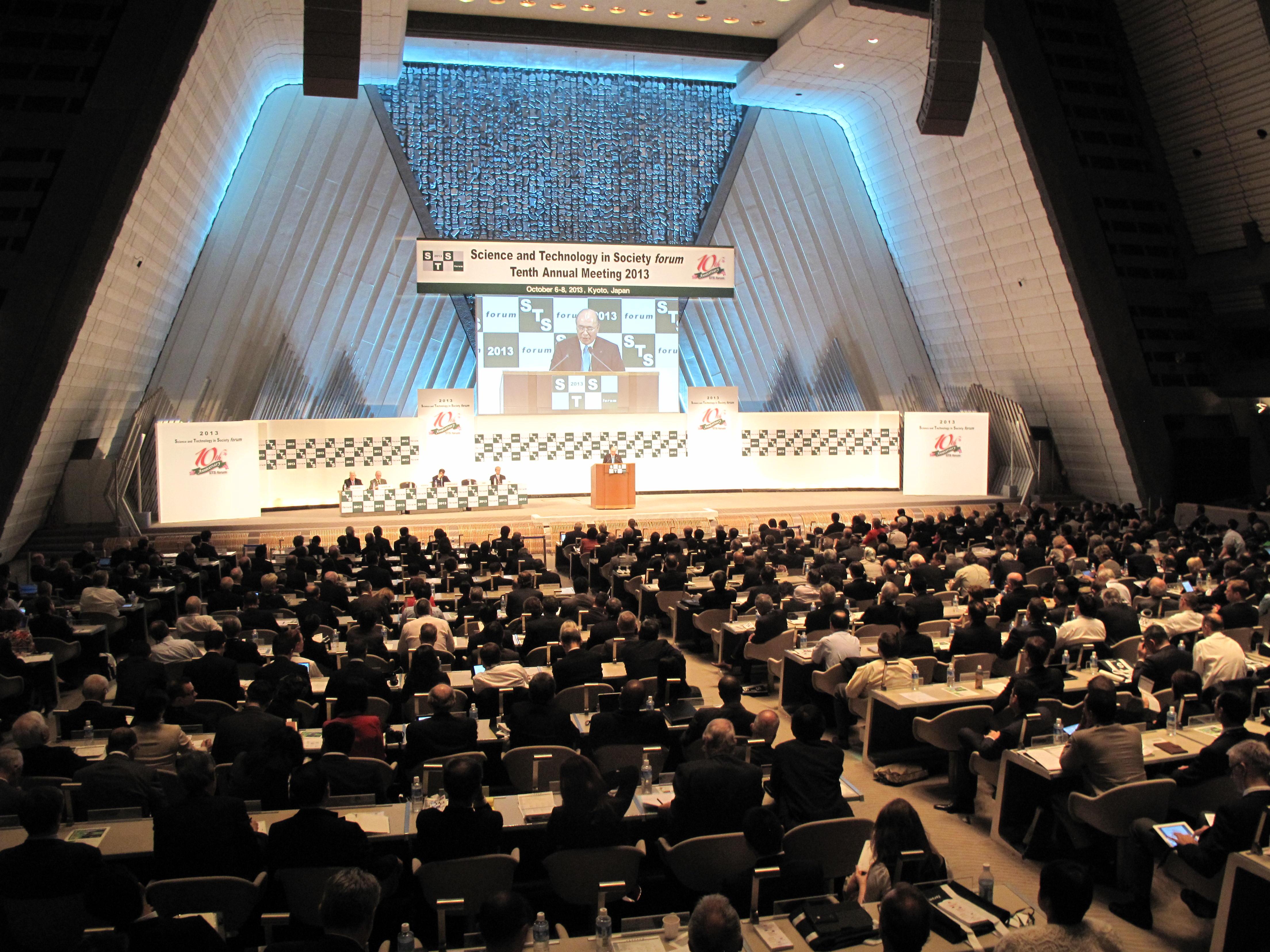 1000人もの有識者が国立京都国際会館で開催されたSTSに出席した (6 Oct 2013)