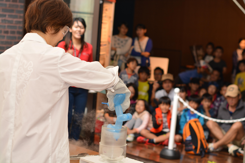 オープンキャンパス・サイエンスフェスティバル2016での「液体窒素の実験」を楽しむ聴衆