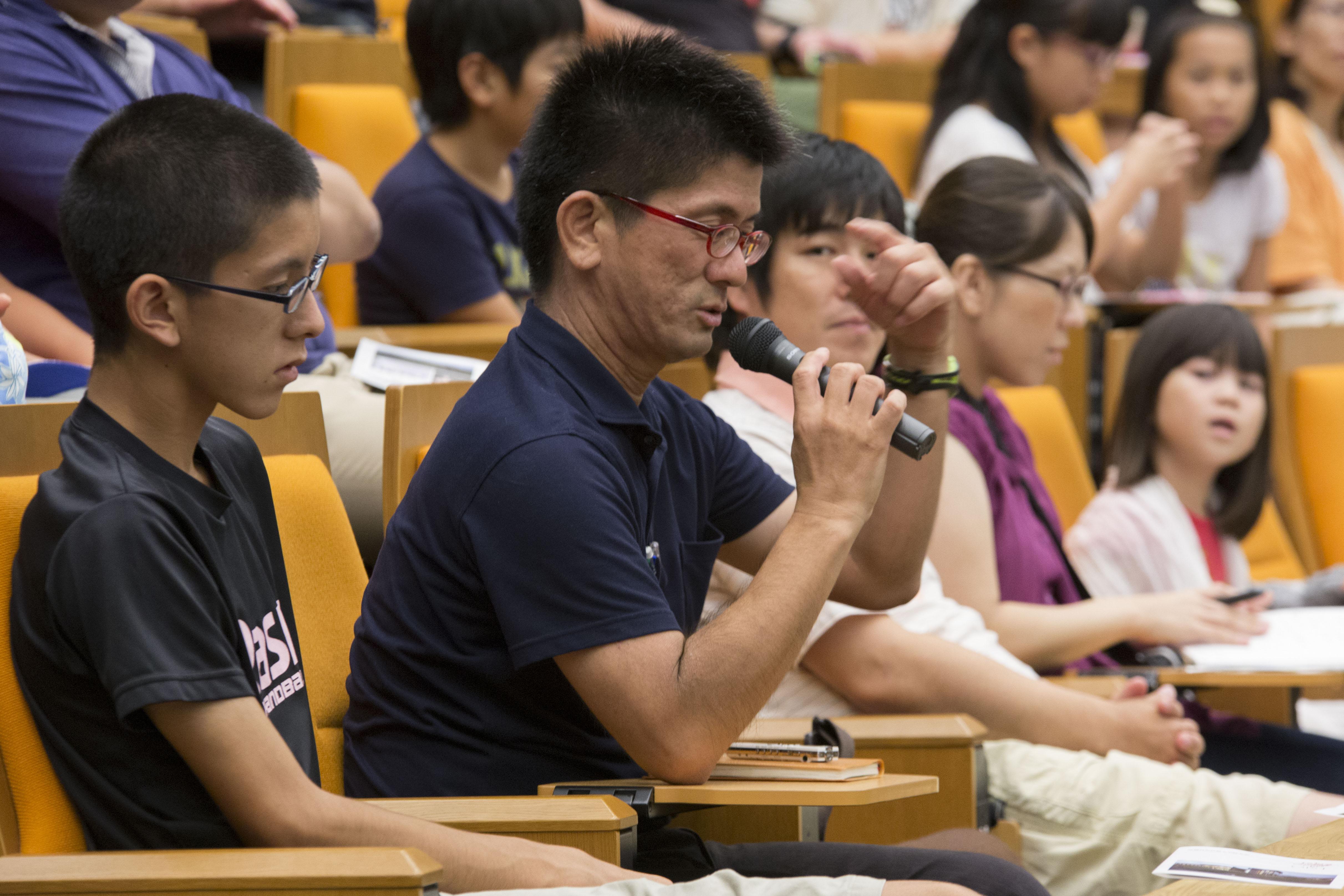 山崎直子さんの講演で質問をされる中村健さん