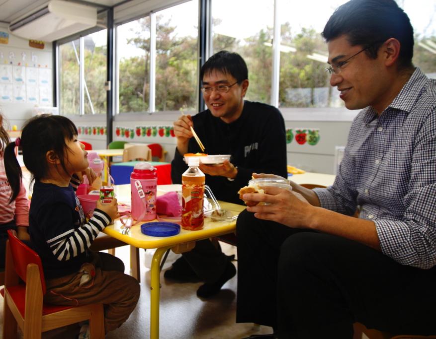てだこに通う娘さんと昼食をとる佐二木健一研究員(写真中央)