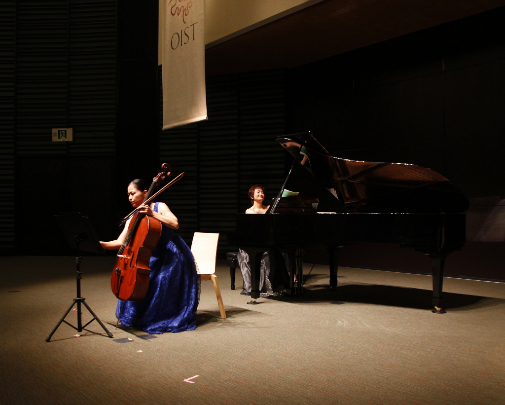 OISTウィンターコンサートにて城間恵さん(チェロ)と高良仁美さん(ピアノ)によるデュエット