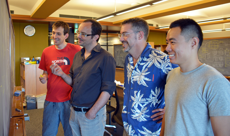 OIST量子理論ユニットの研究者。(左より)オーウェン・ベントン博士、ルドヴィック・ジョウベルト博士、ニック・シャノン准教授、ハン・ヤンさん