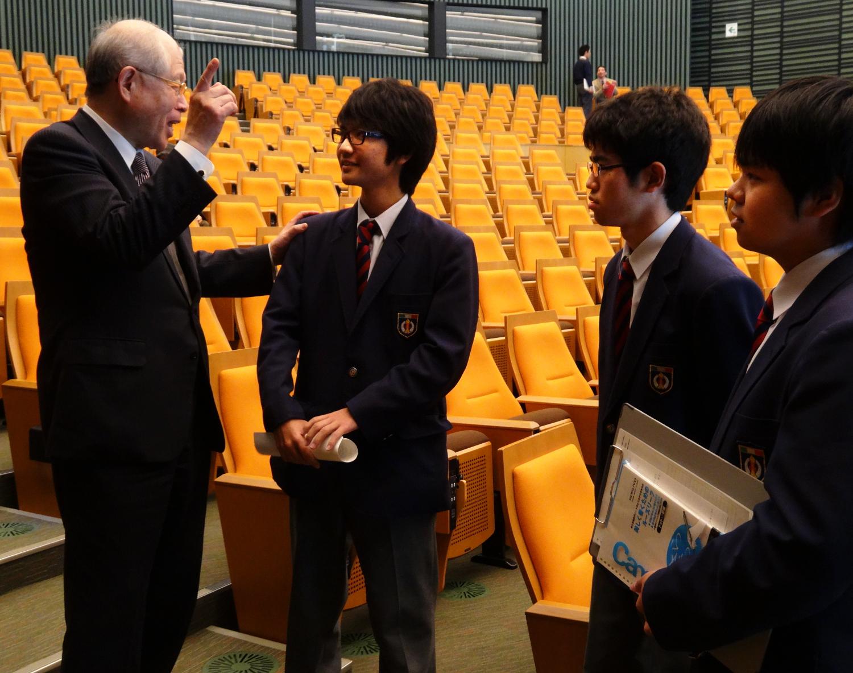 Ryōji Noyori, Nobel Laureate and President of RIKEN, speaks with high school students after his lecture