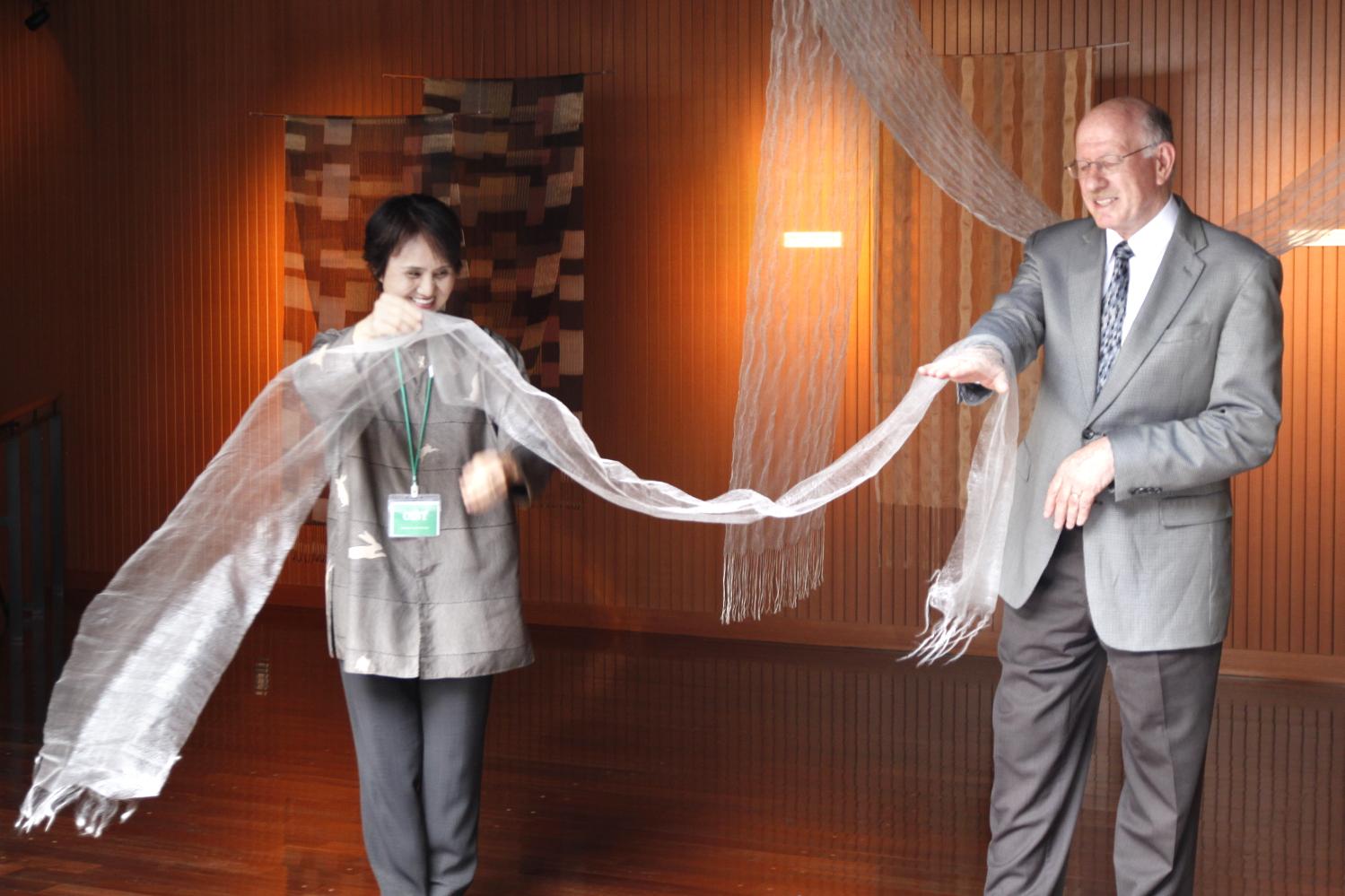 絹織物作家の上原美智子氏とドーファン学長