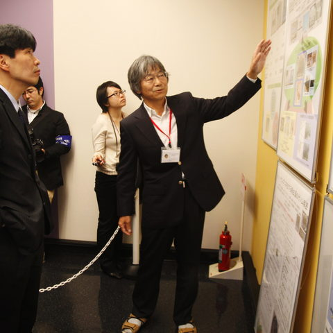 Professor Satoh Explains His Research in Marine Genomics to Minister Yamamoto