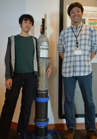 Post-doctoral scholar, Yuichi Nakajima and Prof. Satoshi Mitarai (right) of the Marine Biophysics Unit at OIST.