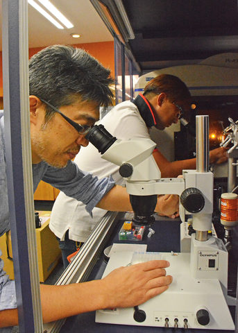 Dr Hideyuki Matsunami and Dr Young-Ho Yoon working in the laboratory
