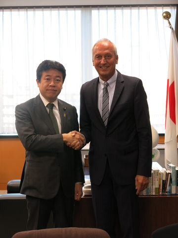Mr. Yosuke Tsuruho, Minister of State for Okinawa and Northern Territories Affairs, (left) with Dr. Peter Gruss, (right)