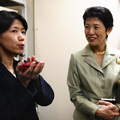 Professor Yazaki-Sugiyama explains her research on birds to Princess Takamado