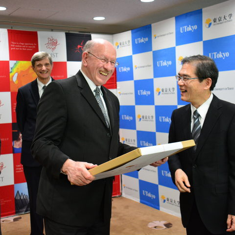 OIST and the University of Tokyo exchange gifts 28 Jan 2014