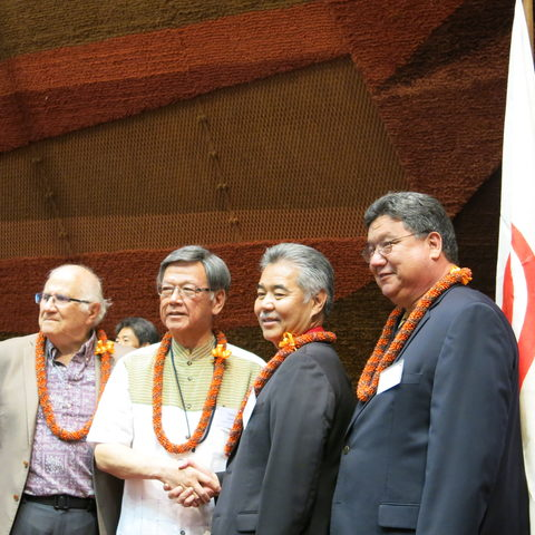 Okinawa Governor Takeshi Onaga (second from left) and Hawaii Governor David Ige (third from left)