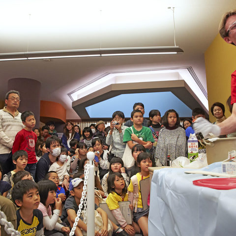 Scientific demonstration at the OIST Open Campus (Photo 1)