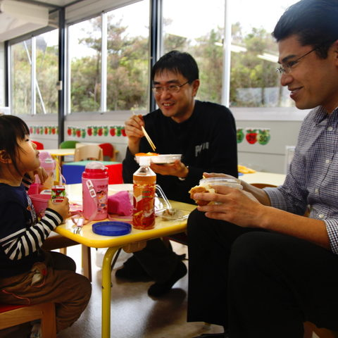 Dr. Kenichi Sajiki (center) eats lunch with his daughter at the Tedako Preschool