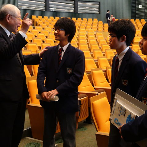 Ryōji Noyori, Nobel Laureate and President of RIKEN, speaks with high school students after his lecture